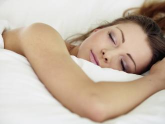 Dormir con la luz prendida podría favorecer al sobrepeso