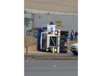 WhatsApp: camión se vuelca y genera congestión vehicular en Panamericana Sur