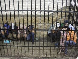 EEUU: 200 indocumentados en centro de detención inician huelga de hambre