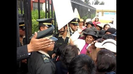 Huancayo: padres de familia se atrincheran en puerta de colegio