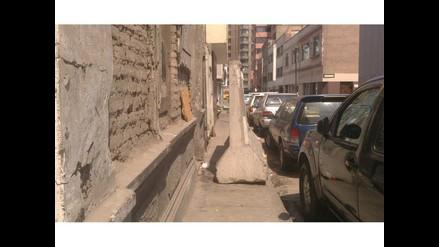 WhatsApp: bloque de cemento obstruye paso de peatones en el Cercado