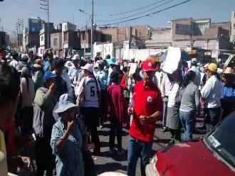 Pobladores de la Joya bloquean frontis del Municipio de Arequipa