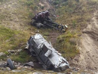 Pasco: tres muertos dejó despiste y vuelco de camión cisterna