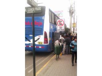 Barranca: bus interprovincial embarca pasajeros en zona rígida