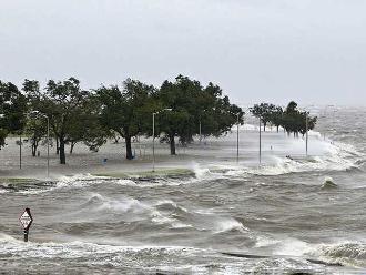 México: huracán Carlos pasa a temporal cercano a las costas