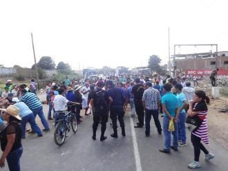 Pasco: pobladores bloquean carretera y exigen apoyo para agricultura