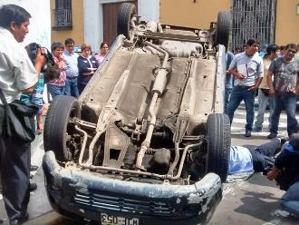 Trujillo: dos heridos tras vuelco de taxi en centro histórico