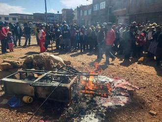 Puno: queman bienes de cantina donde murió ciudadano