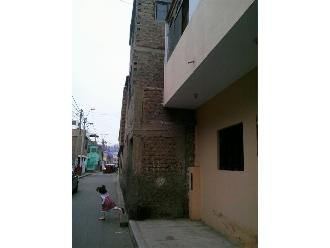 WhatsApp: peatones perjudicados por vivienda que invade berma en Lurín