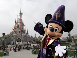 Disney prohíbe 'palos para selfis' en sus parques temáticos