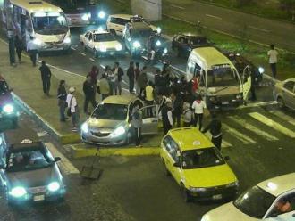 Surco: Choque de combi contra dos autos deja más de 10 heridos
