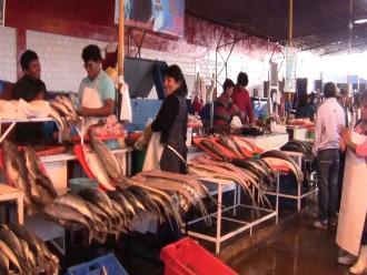 Negociantes de mercado pesquero celebran Día de San Pedro y San Pablo