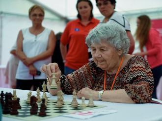 Mujer de 87 años bate récord con 13.600 juegos simultáneos de ajedrez