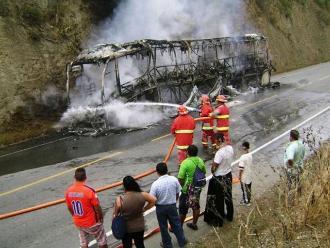 Miembros de Grupo 5 salvan de morir tras incendio de bus