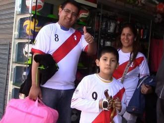 Huancayo: hinchas arrasan con camisetas y chalinas