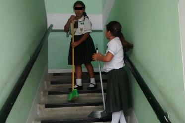 Escolares realizan labores de limpieza en colegio de Chiclayo