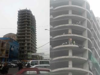 La Victoria: trabajadores de construcción sin seguridad en lo alto de un edificio