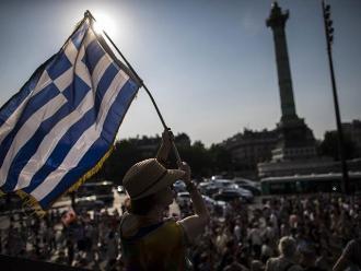 Miles de franceses expresan su apoyo al pueblo griego