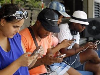 Cubanos disfrutan de nuevos espacios wifi en zonas públicas