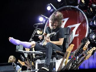 Dave Grohl sube al escenario con una pierna fracturada