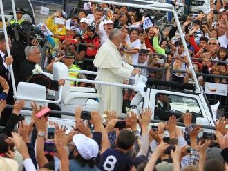 Francisco I recorre 8 kilómetros en Quito a bordo de su 'Papamóvil'