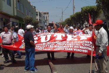 Docentes lambayecanos demandan incremento de sueldo en el Día del Maestro