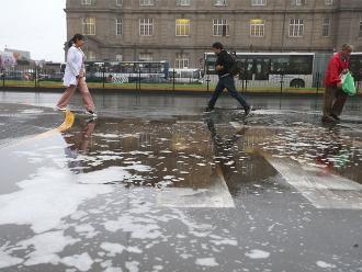Intensa llovizna sorprende a limeños