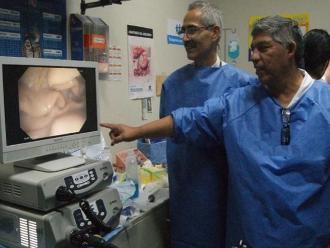 Extirpan tumor a paciente mediante avanzada técnica endoscópica