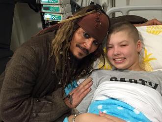 Johnny Depp visitó a jóvenes en hospital vestido como Jack Sparrow