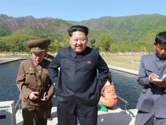 Corea del Norte empieza a fabricar insignias con la cara de los tres Kim