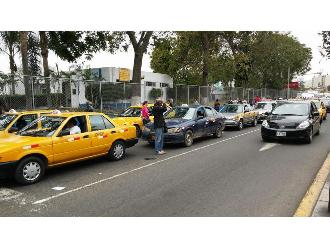 WhatsApp: Taxistas toman frontis de Hospital Rebagliati de Essalud
