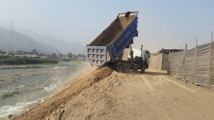 WhatsApp: camiones descargan desmonte en laderas del río Rímac
