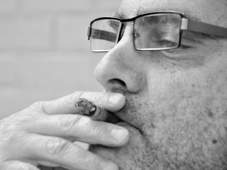 Estudio: Fumar podría aumentar el riesgo de desarrollar esquizofrenia