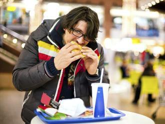 Razones por las que no deberías comer apurado y de pie