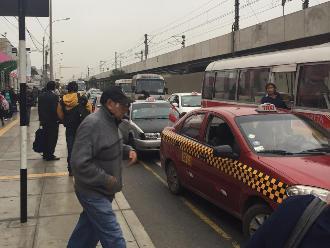 WhatsApp: Taxis se adueñan de avenida en Surco
