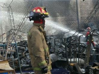 VES: bomberos controlan incendio en almacén de muebles