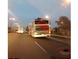 Santa Anita: bus interprovincial inclinado transita en Vía Evitamiento