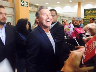 Ricardo Montaner fue recibido por fans en aeropuerto