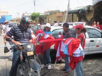 Chiclayanos compran sus banderas para no pagar multa