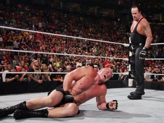 WWE: The Undertaker aparece en Battleground 2015 y masacra a Brock Lesnar