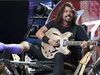 Foo Fighters tocó cover de White Stripes con el doctor de Dave Grohl
