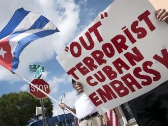 Exilio cubano protesta contra la reapertura de embajadas