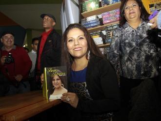 FIL Lima 2015: Dina Páucar presentó su libro autobiográfico