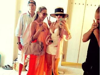 Lindsay Lohan fue a la playa pero olvidó su traje de baño
