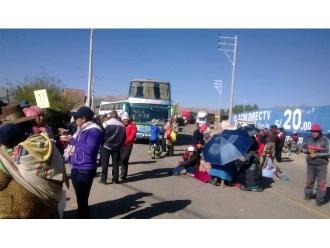 WhatsApp: padres del colegio Mateo Pumacahua bloquean carretera Cuzco-Arequipa