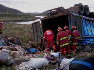 Puno: tres heridos deja despiste y vuelco de camión en Ayaviri