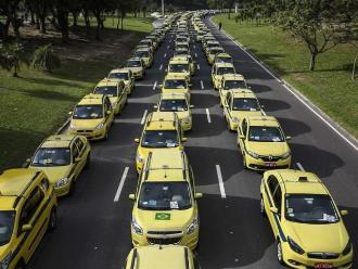 Miles de taxistas protestan en Río de Janeiro contra Uber