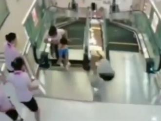 China: mujer muere en una escalera eléctrica pero logra salvar a su hijo
