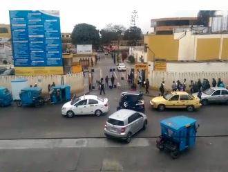 WhatsApp: vehículos obstruyen entrada de hospital Cayetano Heredia