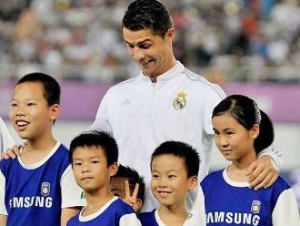 Cristiano Ronaldo: Niños chinos dejaron a Isco y Kross por foto con el delantero